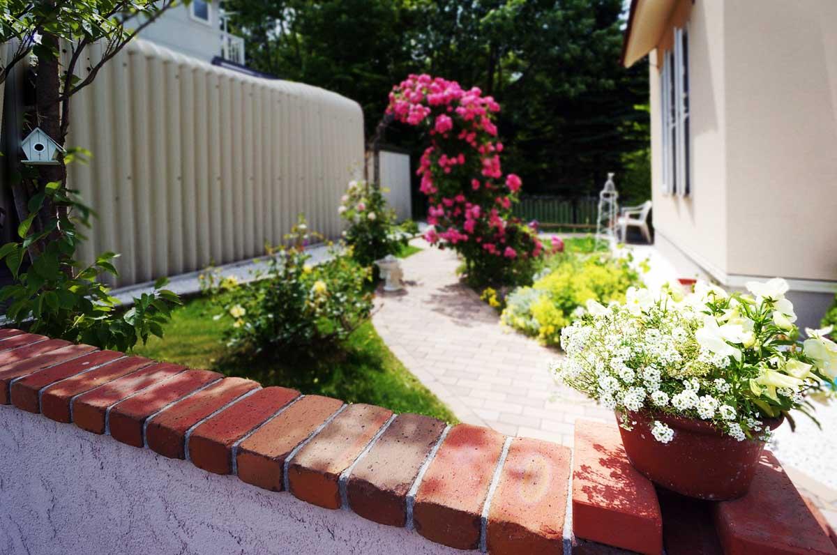 塀をこえると、美しいお庭が