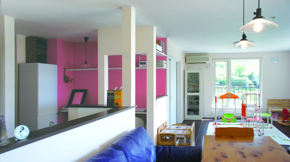 吊戸棚なしの対面キッチンで、リビング・ダイニングがひとつなぎの大空間に。