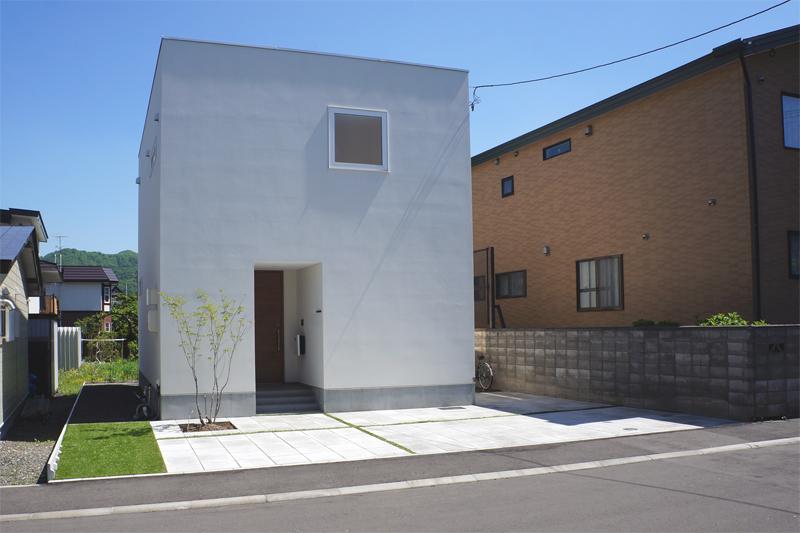 コンクリート平板と人工芝の組合せ