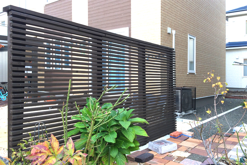 木製フェンスと室外機カバー